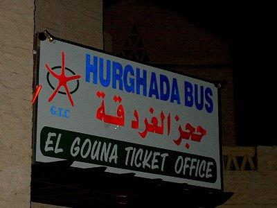 Zastávka autobusu - U této cedule staví autobus do Hurghady