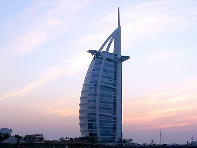 Burj al Arab - Burj al Arab při západu slunce