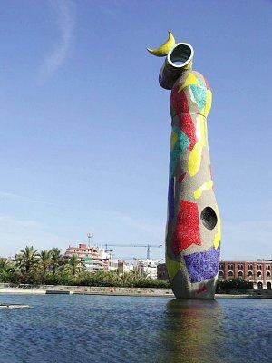 Sochu Žena a pták od Joana Miro najdete poblíž Placa Espana