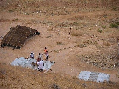Nomádský stan před matmatských obydlím