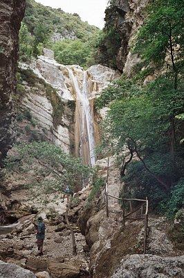 """Vodopád poblíž Nidri - Z nidri se dáte po směru ukazovatele s nápisem \""""Katarakt\"""" (nahrál: Libor)"""