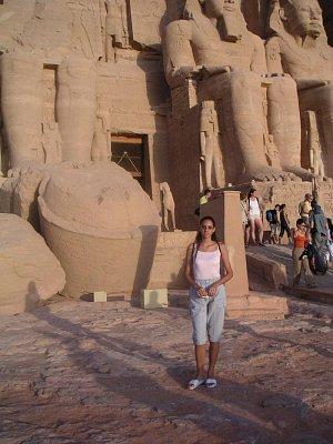 Příslušníci rodiny Ramesse II. - Menší postavy příslušníků královské rodiny u nohou každého z kolosů Ramesse II (nahrál: admin)