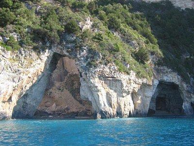 Ermitis - podobných jeskyní je tu hodně (nahrál: LenkaK)
