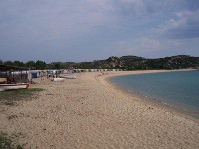 Pláž Sithonia - Obytné přívěsy připraveny na sezonu. Pohled na sever. (nahrál: Jaro)