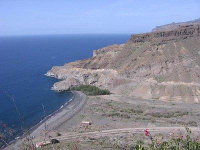 Playa de Veneguera - Tak tahle krásná  pláž bude za pár let plná rekreantů a v roklině bude naseto spousta hotelů. Tmavý písek doplní bílý a kouzlo romantiky navždy zmizí (nahrál: Jana)
