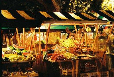 Tržnica OMIŠ - Široký výber ovocia  a zeleniny do pozdných večerných hodín (nahrál: vilo kucera)