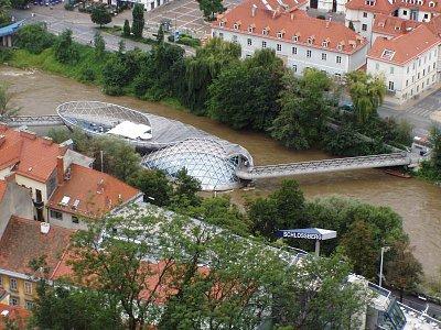 Graz 04 - Pohled na moderní stavbu restaurace na řece. (nahrál: Martin Svozil)