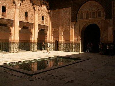 Medersa Ben Youssef  - Stejně jako medersy ve Fesu měla i Ben Youssef merenidské základy a byla založena sultánem Abou El Hassanem ve čtrnáctém století. Za vlády Saadovců však byla téměř kompletně přestavěna a jejich komplikované, Andalusií ovlivněné umění zanechalo na mederse nepřehlédnutelné stopy.  (nahrál: Petr Kubík)