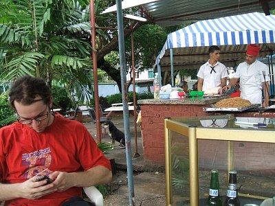 restaurace na ulici - super restaurace za kubánská pesa v Havaně kousek od kina Acapulco,milá obsluha,dobré jídlo,i když na jedno kopyto,ale dva jsme se najedli za 120,- korun včetně piva.. (nahrál: roro)