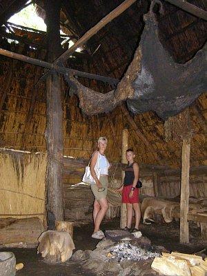 Tanum muzeum Unesco - Uvnitř chatrče z (doby kamenné) tak se dřív žilo. Možnost si i lehnout na postel a oheň byl teplý, jako by před 20 min. někdo odešel. (nahrál: josef Vágner)