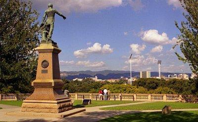 Montefiore Hill - Socha colonela Lighta ukazující rukou na centrum Adelaide a jemuž město vděčí za urbanistické uspořádání. (nahrál: Luboš)