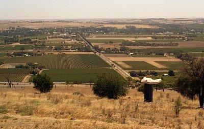 Mengler Hill - Výhled z Mengler Hill na Tanundu v pozadí (nahrál: Luboš)